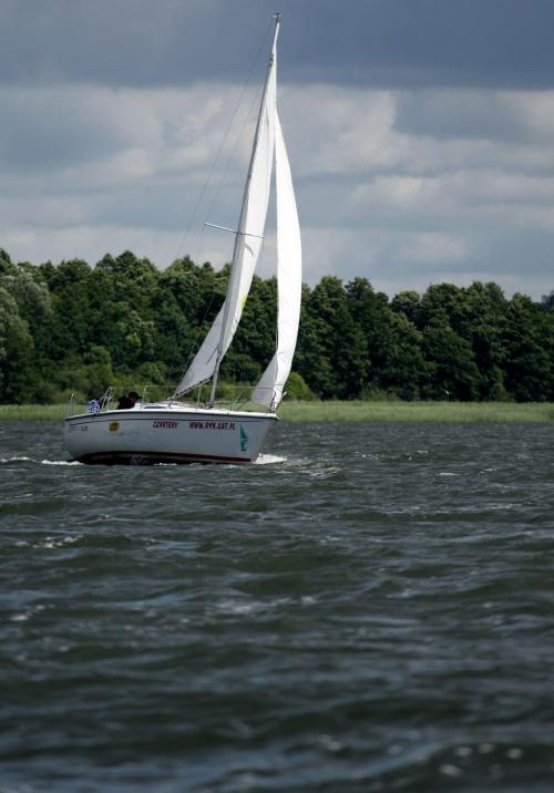 Mazurskie jeziora, jedno z piękniejszych miejsc w Polsce, choć pogoda bywa kapryśna w naszym kraju wielu żeglarzy corocznie przyjeżdża tu w nadziei przeżycia niesamowitej przygody.
