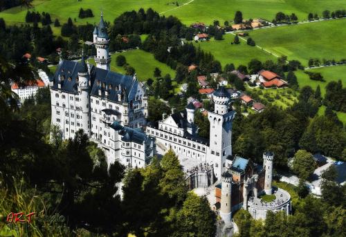 Zamek ma nie tylko Cudowny wygląd ale i wspaniałą historię !!! Budowę zlecił Król Bawari LUDWIG II znany również jako Ludwik Szalony lub Bajkowy Król . Król przeżył w tym zamku zaledwie 172 dni. #Naris #Neuschwanstein #Zamek