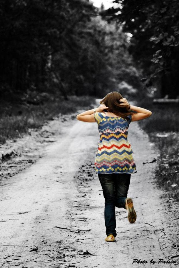 Uciec od wszystkich kłopotów, od szarej codzienności... #Kobieta #dziewczyna #las #CzarnoBiałe