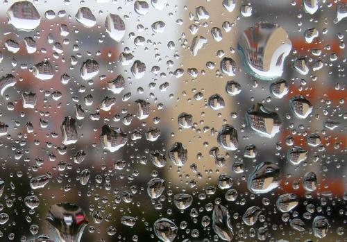 Przez szybę #szyba #krople #woda #deszcz #bloki #giżycko