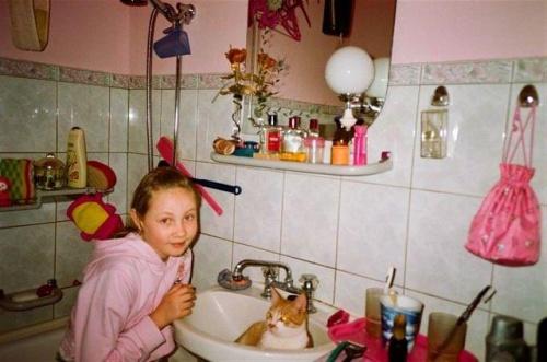 Taki upał a kotek wskoczył do umywalki #Wakacje #Ludzie #Dzieci