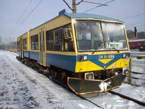 SN81-006 , własność przewozów regionalnych, obsługuje linię Tomaszów Mazowiecki Opoczno. Tylko sześć sztuk wyprodukowano w Kolzam Racibórz. Tu na zjęciu na stacji W Tomaszowie Mazowieckim , złapany 13 grudnia 2012. #pkp #sn81 #opoczno