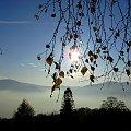 #jesien #liscie #drzewa #gory #mgla #slonce