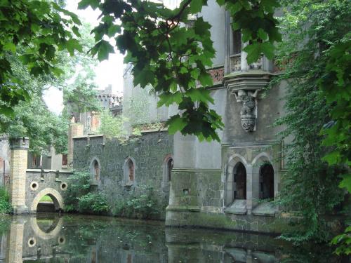"""Ruiny pałacu w Kopicach (woj.opolskie) Pałac w Kopicach, o którym zwykło się mówić """"pałac na wodzie"""", bo otoczony był z trzech stron rozległymi stawami, z imponującym 60 hektarowym parkiem, znakomitymi zbiorami rzeźb i obrazów, trofeami myśli..."""