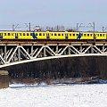 Żółty pociąg na moście...kolejowym #Warszawa #Wisła #zima #śnieg #MostKolejowy #pociąg #EN57