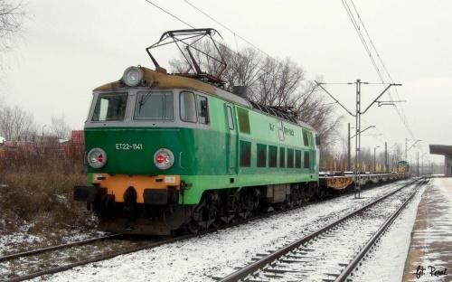 ET22-1144 wraz ze stonką pracują przy rozbiórce starego toru na stacji Warszawa Okęcie. #byk #towarowy #lokomotywa #elektryczna #pkp #cargo #warszawa #okęcie