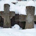 Marczyce-krzyże pokutne z XIV-XVIw. Jeden z nich jest krzyżem łacińskim z symbolem miecza,drugi jest krzyżem maltańskim. #zima #krzyże