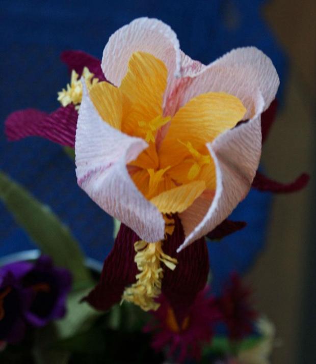 Kosaciec #bibuła #dekoracje #hobby #KompozycjeKwiatowe #krepina #KwiatyZBibuły #MojePrace #pomysły #RobótkiRęczne